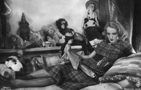 Brigitte Helm among dolls -- Alraune 1928 silent